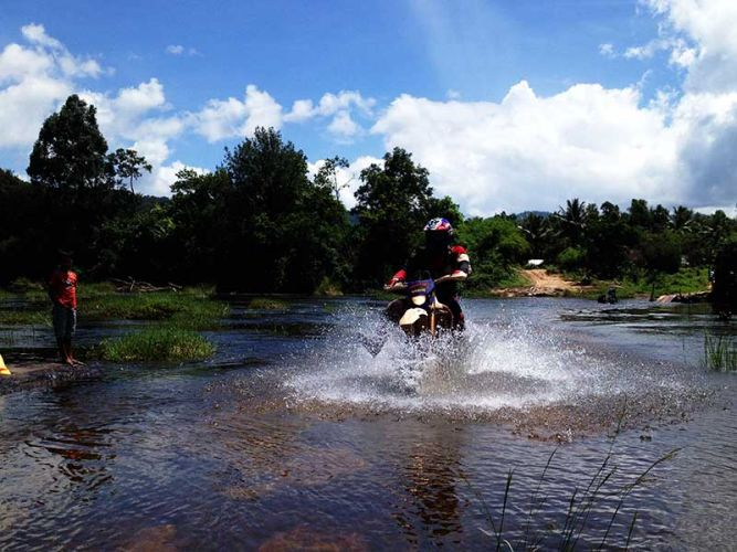 dirt-bike-tours-cambodia-crossing